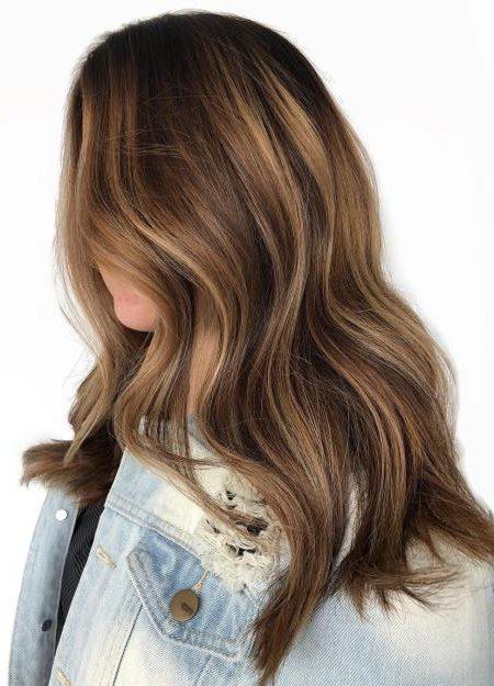 capelli castani ondulati