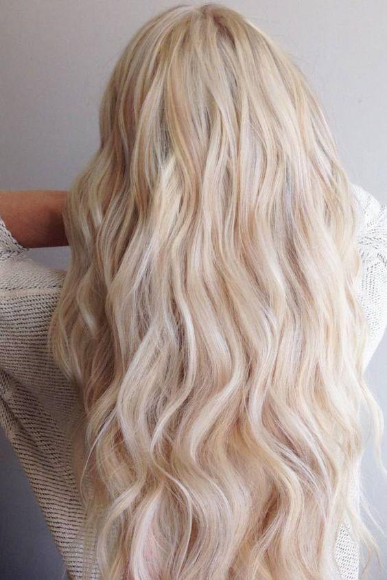 capelli colore biondo cremoso.