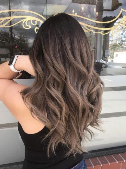 colore capelli castano.
