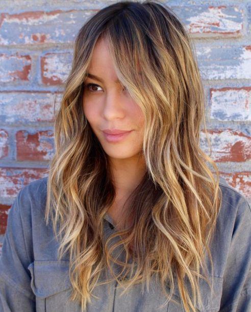 capelli lunghi con frangia.