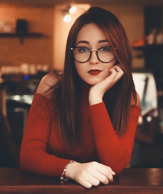 Acconciatura_dritta_e_sciolta_donne_occhiali_2021.