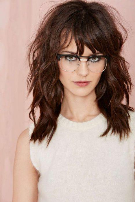 acconciature e tagli per le donne con gli occhiali da vista.