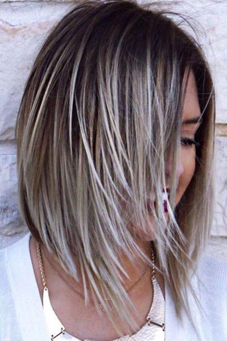 tendenze colore capelli biondo cenere.